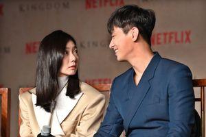 Họp báo 'Kingdom': Bae Doo Na, Joo Ji Hoon và Ryu Seung Ryong bị dọa 'hú hồn' khi đoàn quân dạ quỷ bất ngờ xuất hiện