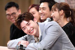 Họp báo 'Romance is A Bonus Book': Lee Jong Suk tinh nghịch, đáng yêu bên 'noona' Lee Na Young