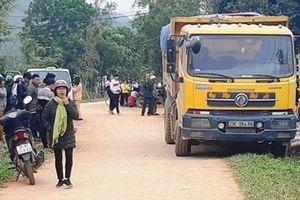 Đang chơi trước cổng nhà, bé 3 tuổi bị xe tải cán tử vong