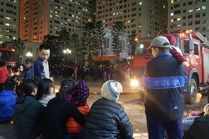 Cháy tầng 15 chung cư Linh Đàm, dân cư náo loạn lánh nạn