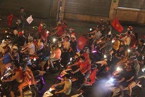 Người dân TP.HCM đổ về trung tâm quận 1 ăn mừng đội tuyển Việt Nam chiến thắng