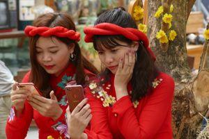 Người Sài Gòn đổ xô về phố ông đồ, đường mai vàng tận hưởng không khí Tết sớm