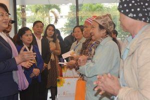 Phó Chủ tịch nước Đặng Thị Ngọc Thịnh thăm, chúc tết bệnh nhân tại Bệnh viện Ung bướu Hà Nội