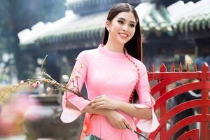 Hoa hậu Tiểu Vy đón xuân trong tà áo dài lấy cảm hứng từ phố cổ Hội An
