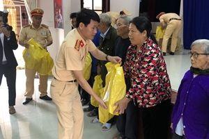 Quà tết nghĩa tình đến với các gia khó khăn của huyện Duy Xuyên
