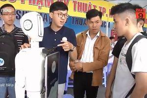 Robot thông minh đi tư vấn tuyển sinh ở TPHCM