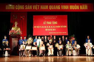 Chủ tịch UBND TP Hà Nội trao huy hiệu Đảng ở quận Hai Bà Trưng