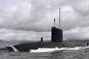 Tàu ngầm hạt nhân Anh suýt đâm vào phà chở khách