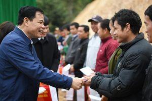 Bộ trưởng Nguyễn Xuân Cường thăm, tặng quà Tết các hộ dân vùng lũ huyện Mường Lát