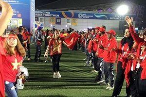 Những người bạn UAE dễ mến, xếp hàng chúc mừng cổ động viên Việt Nam