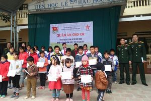 Tặng áo ấm, quà Tết cho học sinh nghèo
