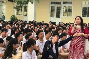 NSND Bạch Tuyết hát mừng '100 năm sân khấu cải lương' với học sinh