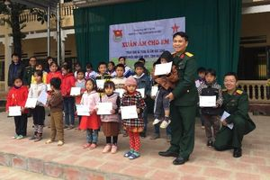 Tặng áo ấm, quà Tết cho HS nghèo ở Thanh Hóa