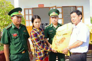Đồn Biên phòng Sông Đốc trao tặng 1 tấn gạo cho hộ nghèo