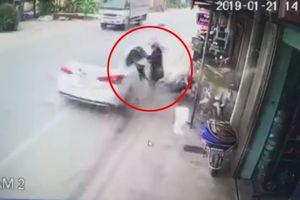 Ô tô 'điên' lao đến trước mặt, người phụ nữ thoát chết trong gang tấc