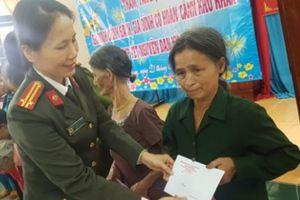 Quảng Ngãi: 70 suất quà tặng phụ nữ nghèo đón Tết