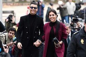 Ronaldo 'diện bảnh' như tài tử trong ngày tới tòa nhận án phạt tù.
