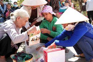 Tặng quà 'Tết ấm tình thương'cho các gia đình có hoàn cảnh khó khăn
