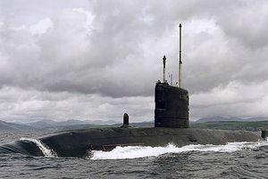 Tàu ngầm hạt nhân Anh suýt đâm phà chở khách