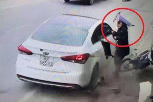 Clip: Người phụ nữ thoát chết ngoạn mục trước mũi ô tô điên ở Nam Định