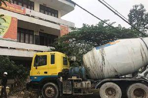 Xe bồn tông sập tường rào trụ sở Trung tâm Kế hoạch hóa gia đình ở Nghệ An