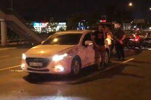 TP.HCM: Nữ tài xế say xỉn lái ô tô gây tai nạn rồi cố thủ trong xe không dám ra ngoài