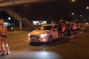 Nữ tài xế say xỉn lái ô tô gây tai nạn rồi cố thủ, định bỏ chạy ở Sài Gòn