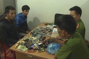 Cô gái theo người yêu đi cắt khóa, trộm hơn 200 điện thoại