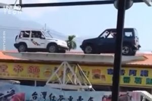 Hai chiếc ôtô chơi bập bênh thu hút du khách tại Đài Loan