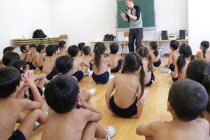 Trường mẫu giáo ở Nhật Bản cho học sinh cởi trần gây tranh cãi