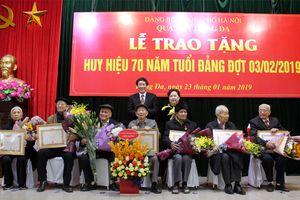 Phó Bí thư Thành ủy Nguyễn Thị Bích Ngọc trao Huy hiệu Đảng tại quận Đống Đa