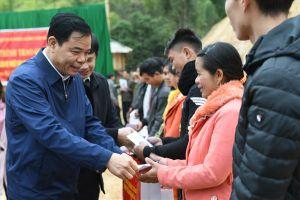 Trao tặng quà Tết các hộ dân tái định cư vùng khó khăn Mường Lát