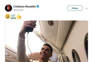 Ronaldo nhận 'gạch đá' vì chụp ảnh tự sướng trên máy bay