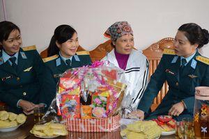 Ban phụ nữ Quân chủng PK-KQ thăm, tặng quà các đối tượng có hoàn cảnh khó khăn