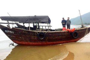 Phát hiện tàu cá có chữ nước ngoài trôi dạt vào bờ biển Hà Tĩnh