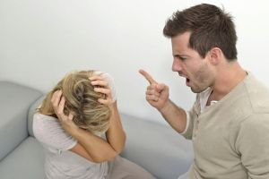 Chồng giận dữ đập phá đồ đạc khi nhìn thấy ảnh mình trên bàn thờ