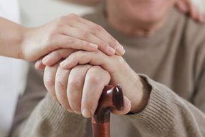 Giày Laser hỗ trợ bệnh nhân Parkinson đi lại
