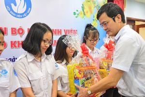 Tặng quà tết cho cán bộ Hội sinh viên khó khăn, học giỏi