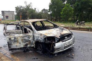 Ô tô 4 chỗ bốc cháy dữ dội giữa trưa, đôi nam nữ tung cửa thoát thân