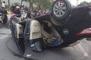 Hải Phòng: Taxi lật ngửa vẽ vòng giữa phố, dân cạy cửa cứu nữ nhà thơ