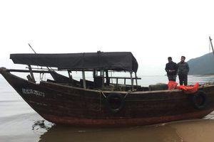 Phát hiện tàu lạ không người trôi dạt vào bờ biển Hà Tĩnh