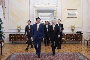 Tổng thống Putin dẫn Thủ tướng Nhật Bản thăm phòng làm việc trong Điện Kremlin