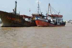 Tàu 'lạ' không người trôi vào bờ biển Hà Tĩnh