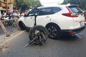 Honda CR-V 'rụng bánh' sau cú tông mạnh vào dải phân cách
