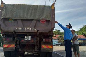 Xe quá tải cơi nới thùng chở vật liệu xây dựng bị 'sờ gáy'