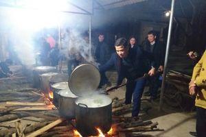Tặng hơn 1.000 chiếc bánh chưng cho học sinh nghèo đón Tết