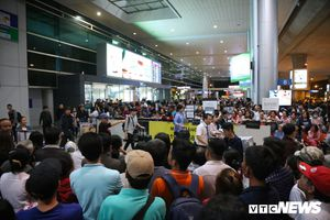 Kéo cả đại gia đình đi đón Việt kiều về quê ăn Tết, sân bay Tân Sơn Nhất kẹt cứng