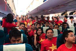 CĐV Việt Nam vui vẻ hát trước giờ sang Dubai cổ vũ đội tuyển