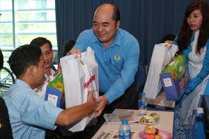 Mang Xuân yêu thương đến công nhân kém may mắn