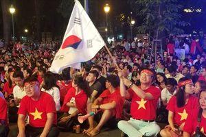 Hàng ngàn người đổ về trung tâm TPHCM cổ vũ đội Việt Nam